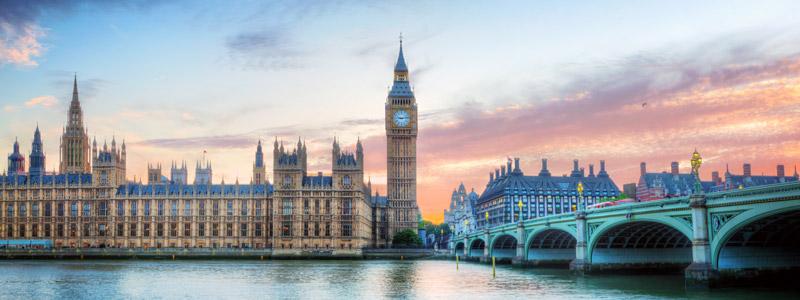 переехать с семьями в Великобританию
